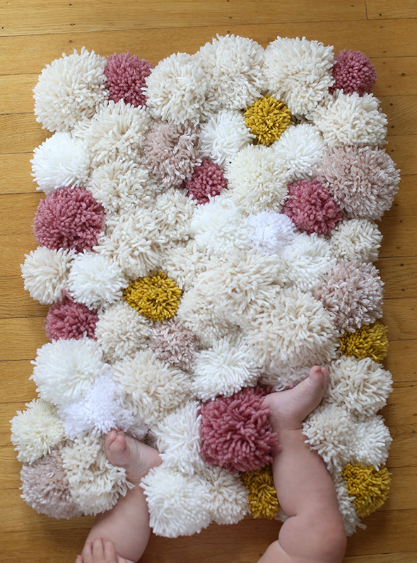 Diy easy pom pom rug say yes - Tapetes de lana ...